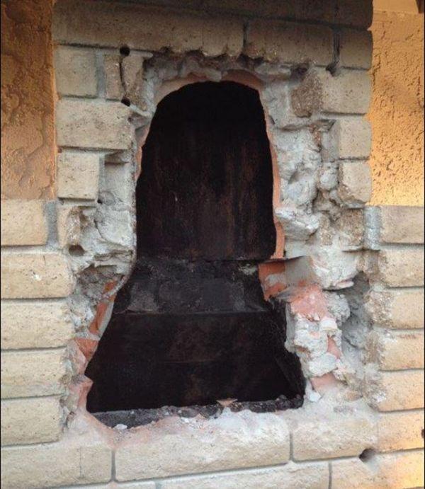 В США обнаженная женщина застряла в дымоходе камина (3 фото)