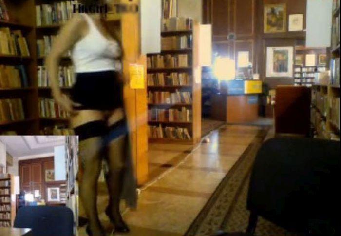 В библиотеке Кишинева модели секс-чата обнажились и вышли онлайн (6 фото + видео)