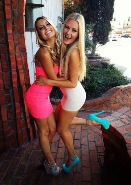 Девушки с превосходными формами в обтягивающих платьях (54 фото)