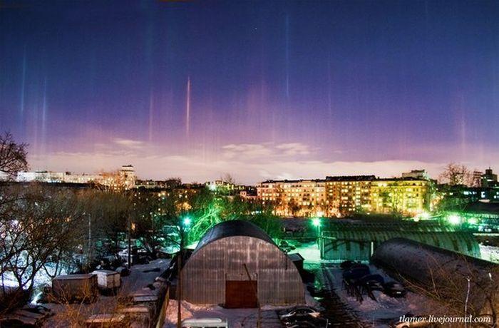 Рождественское небо Москвы украсили светящиеся столбы (7 фото)