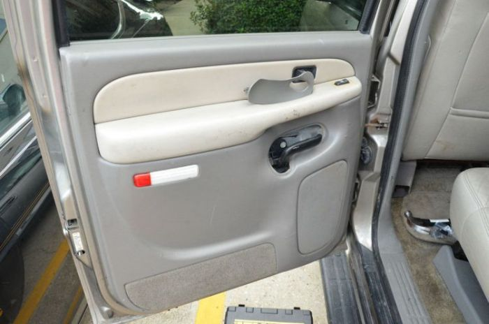 Сюрприз под дверной обшивкой внедорожника (16 фото)
