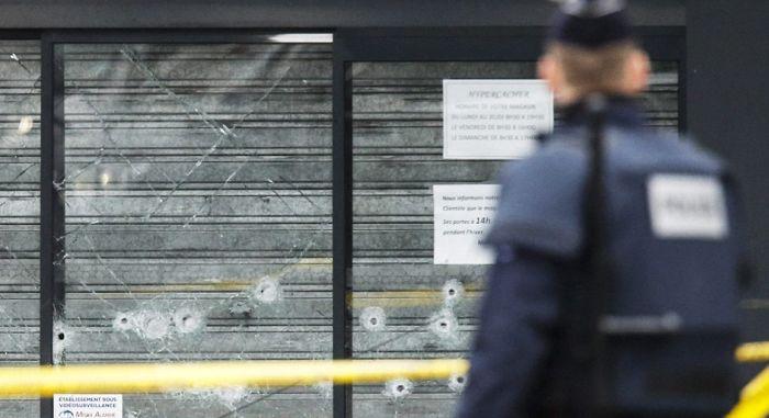 В Париже террорист взял в заложники покупателей еврейского магазина (45 фото + 3 видео)