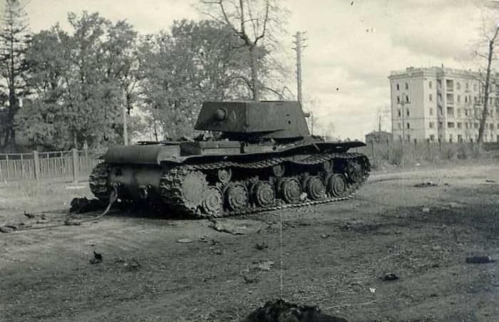 Подвиг экипажа тяжелого советского танка КВ-1 под городом Расейняй (3 фото)
