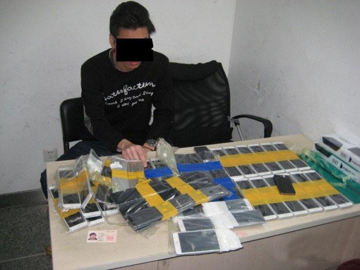 Парень пытался ввезти в КНР 94 смартфона, примотав их к себе скотчем (5 фото)
