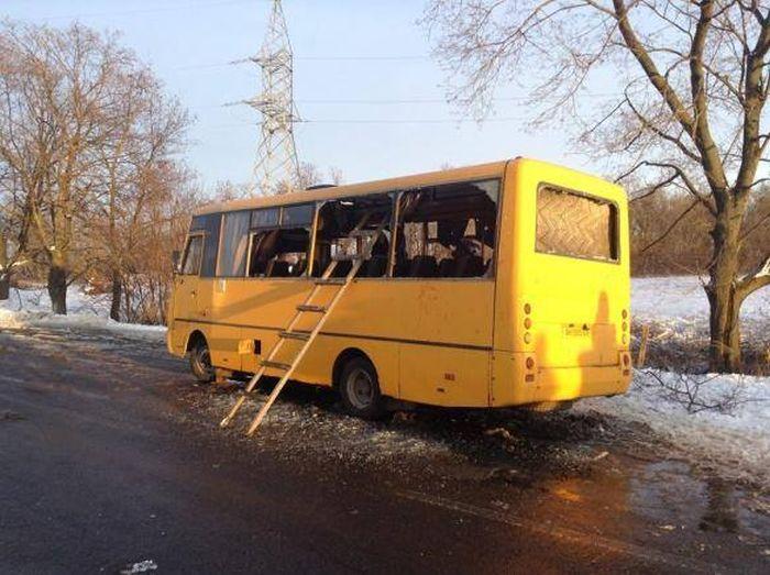 В Донецкой области под обстрел попал автобус с пассажирами (10 фото + видео)