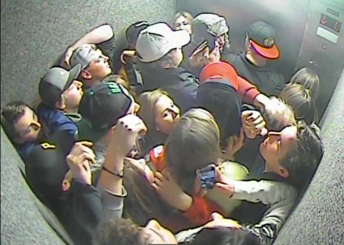 Толпа выпивших студентов застряла в лифте (фото)