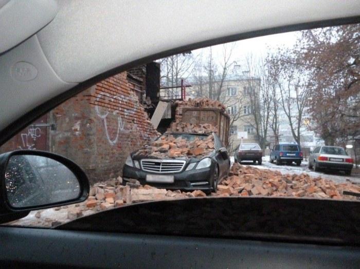 Водитель неправильно выбрал место парковки (3 фото)