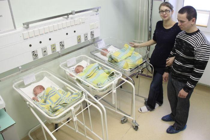 Парень стал отцом тройни (4 фото)