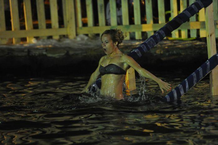 Русские девушки на крещенских купаниях (43 фото)