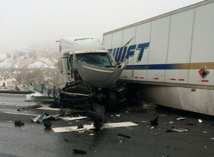 Везучий водитель чудом выжил в страшном ДТП (10 фото)