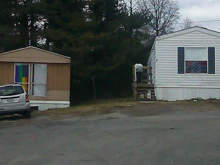 Какие-то странные соседи (3 фото)