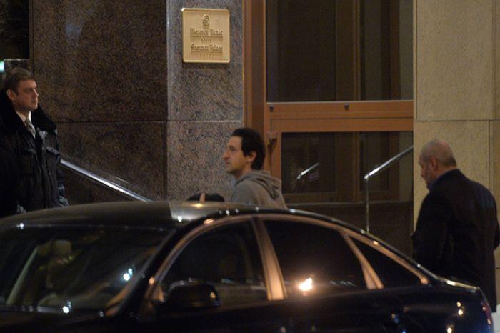 Актера Эдриана Броуди возили по Москве на авто ДПС (5 фото)