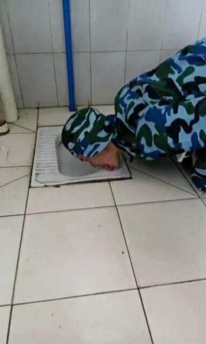 Китайский кадет, доказывая чистоту туалета, облизал пол и унитаз (5 фото)