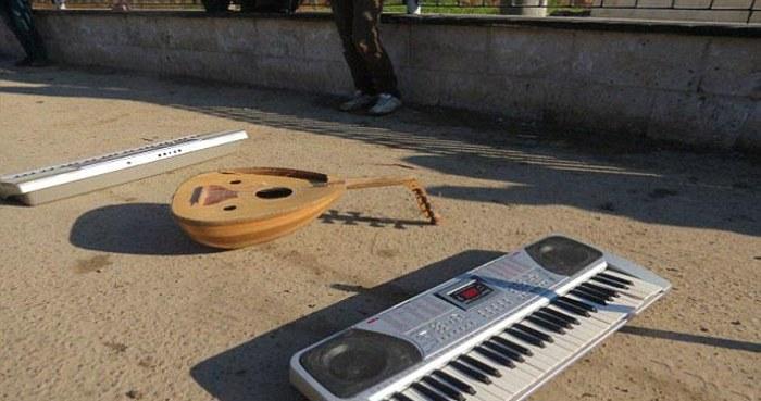 В «Исламском государстве» музыкантов высекли за игру на синтезаторах (6 фото)