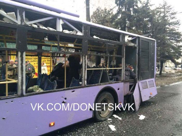 В Донецке под обстрелом оказалась троллейбусная остановка (34 фото + 2 видео)