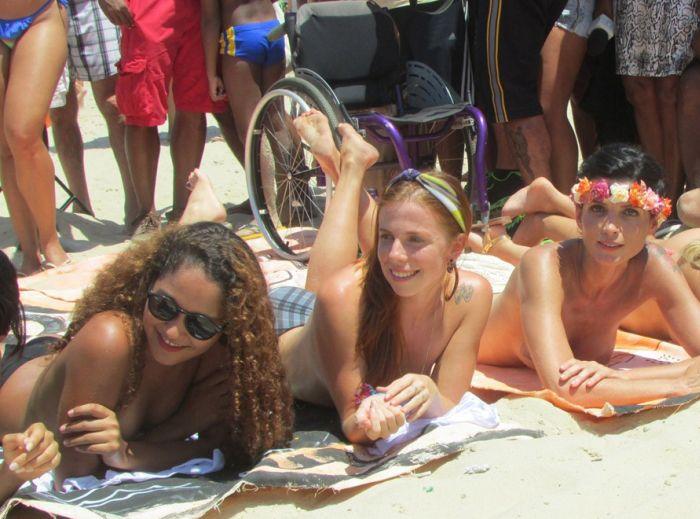 Бразильянки в Рио-де-Жанейро оголили грудь в знак протеста. НЮ (36 фото)