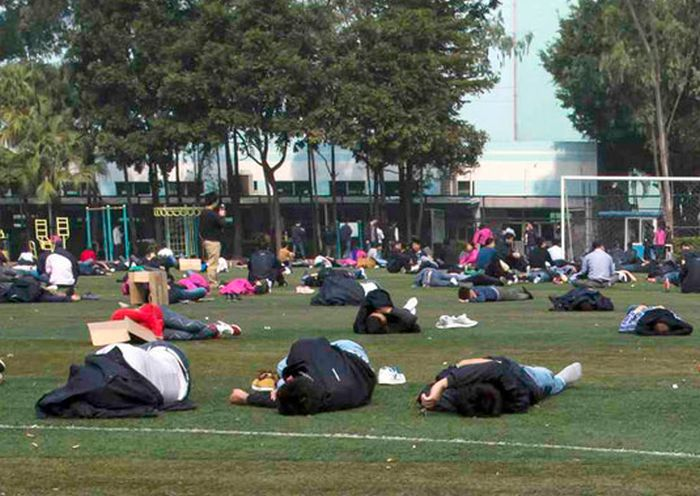 Долгожданный обеденный перерыв работников тайваньской компании Foxconn (4 фото)