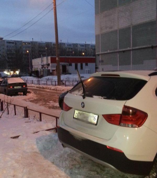 Тонкий намек любителю парковки на тротуарах (2 фото)