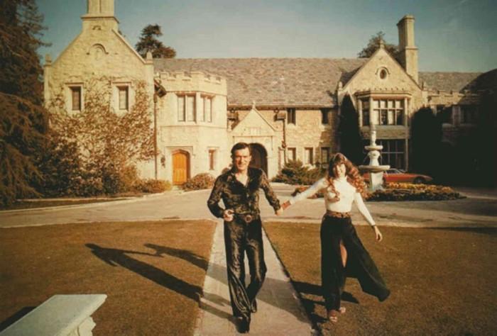 Как устроена жизнь в особняке Playboy (10 фото)