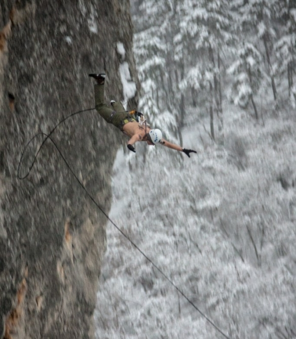 Русский экстремал подвесил себя за кожу и прыгнул с 62-метровой высоты (16 фото + видео)