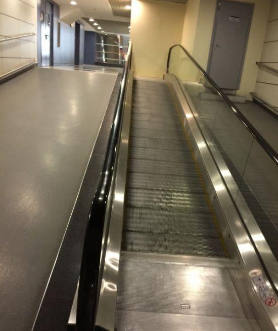 Странный эскалатор в российском аэропорту (5 фото)