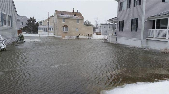 В Новой Англии, США, устраняют последствия сильной снежной бури (24 фото)