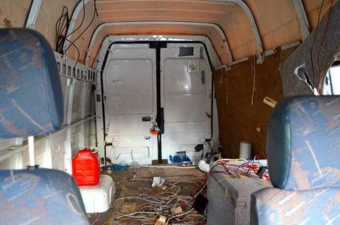 Для путешествий по Европе парень построил свой дом на колесах (14 фото)