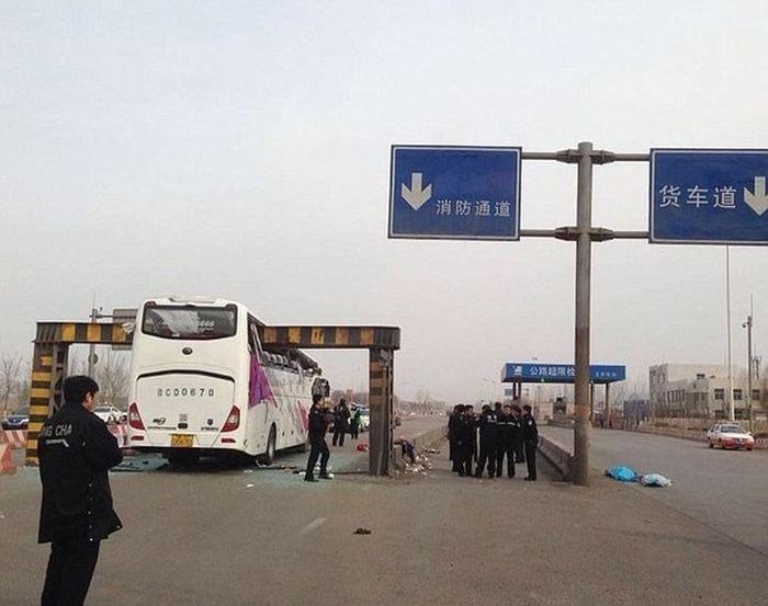 В Китае в условиях тумана двухэтажный автобус въехал в ограничитель высоты (5 фото)