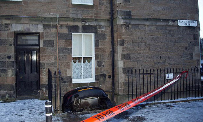 Водитель вместе с автомобилем чуть было не оказался в подвале дома (5 фото)