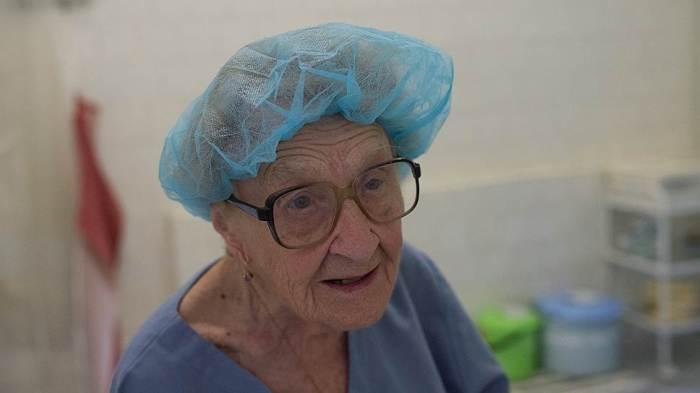 87-летний хирург Алла Левушкина проводит более 100 операций ежегодно (11 фото)