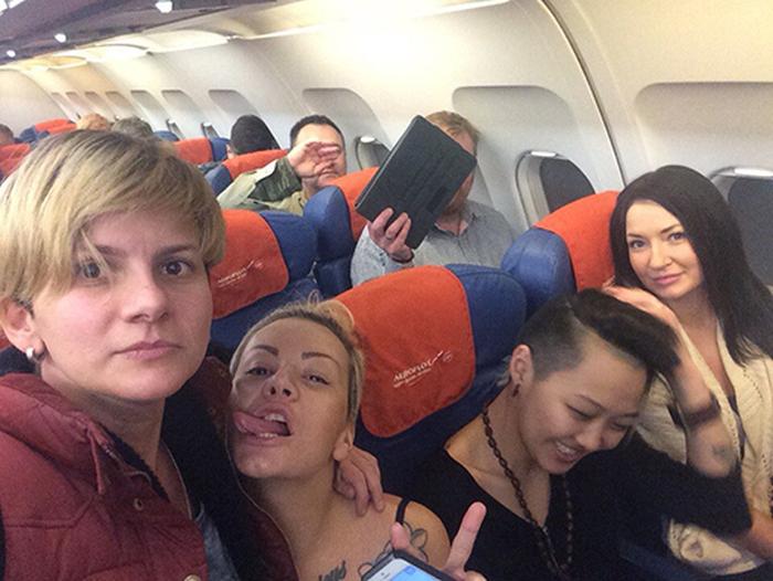 Активистки лесбийского клуба Infinity троллят депутата Виталия Милонова (3 фото)