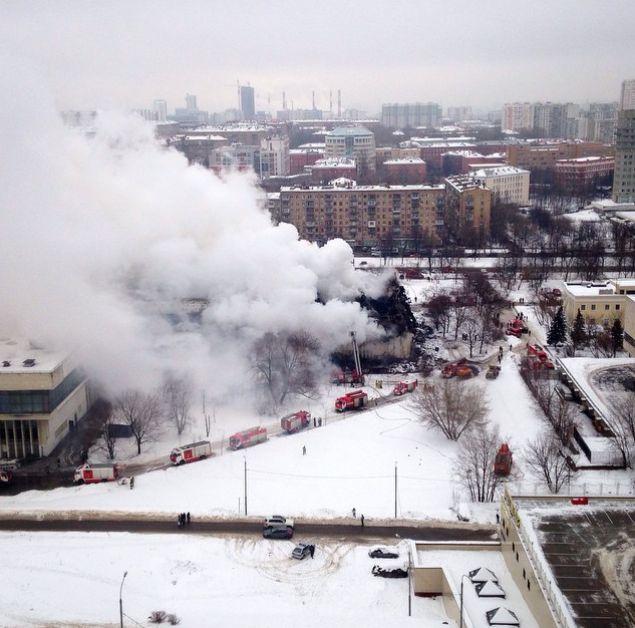 Более суток московские пожарные тушили пожар в библиотеке ИНИОН РАН (17 фото + видео)