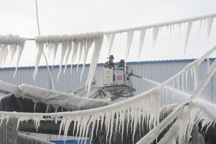 Последствия пожаротушения в зимнее время (11 фото)