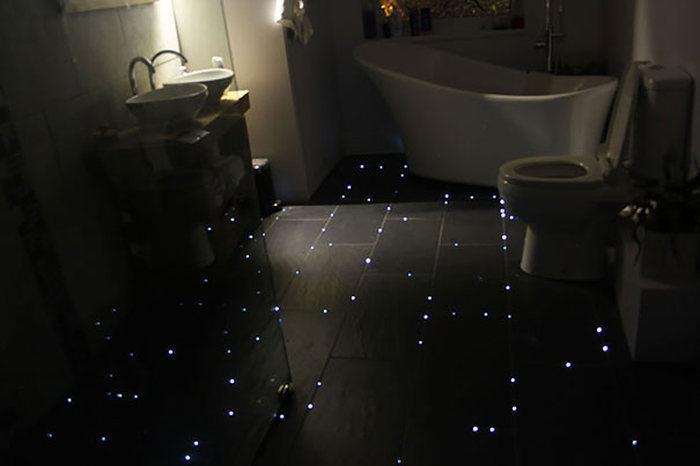 Ночное звездное небо на полу ванной комнаты (5 фото)
