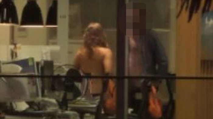 Пара любовников спалилась в офисе (6 фото)