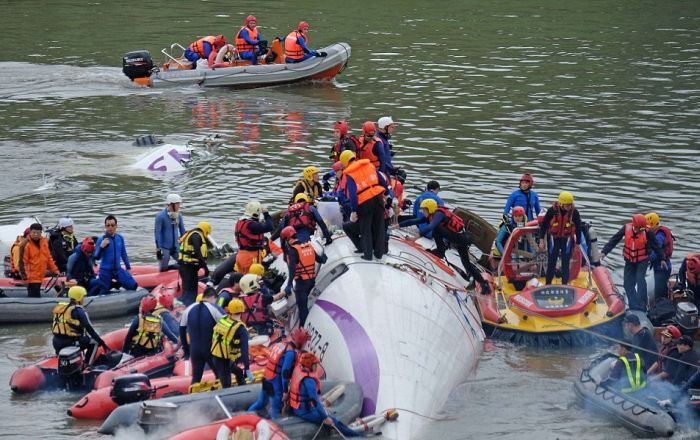 В Тайване упал самолет компании TransAsia (видео + 11 фото)