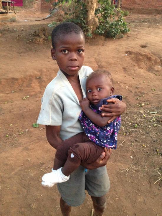 Реакция темнокожего ребенка на белого человека (3 фото)