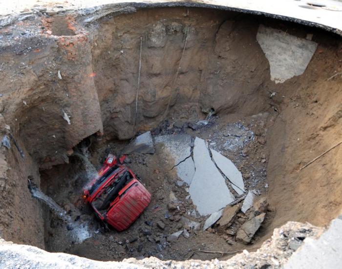 Фотографии жутких провалов с разных уголков планеты (28 фото)