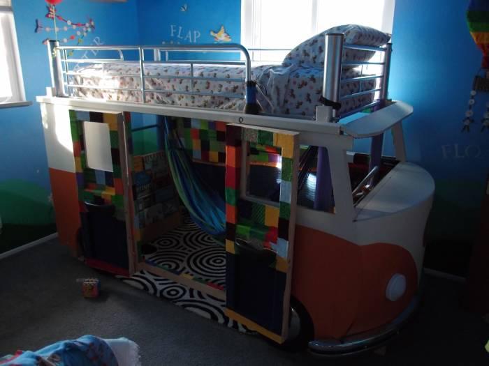 Самодельная двухъярусная детская кровать в виде фургона Volkswagen Type 2 (26 фото)