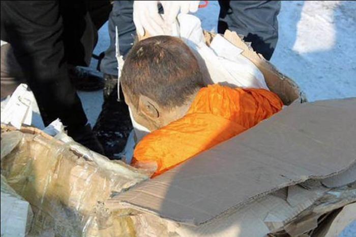 В Улан-Баторе изучают мумию 200-летнего монаха, который «все еще жив» (3 фото)