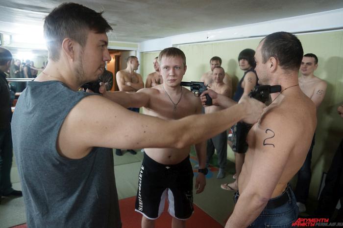Валерий Ещенко из Перми воскресил «Русскую рулетку», сделав ее при этом безобидной для здоровья (8 фото)