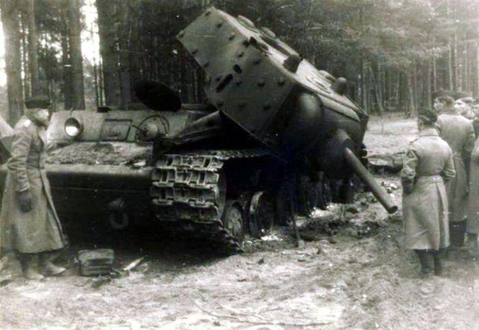 Таранная атака немецкой колонны советскими танкистами (12 фото)