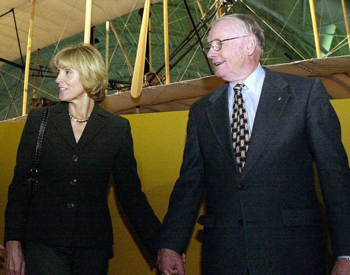 В чулане дома Нила Армстронга была обнаружена сумка с космическими инструментами (20 фото)