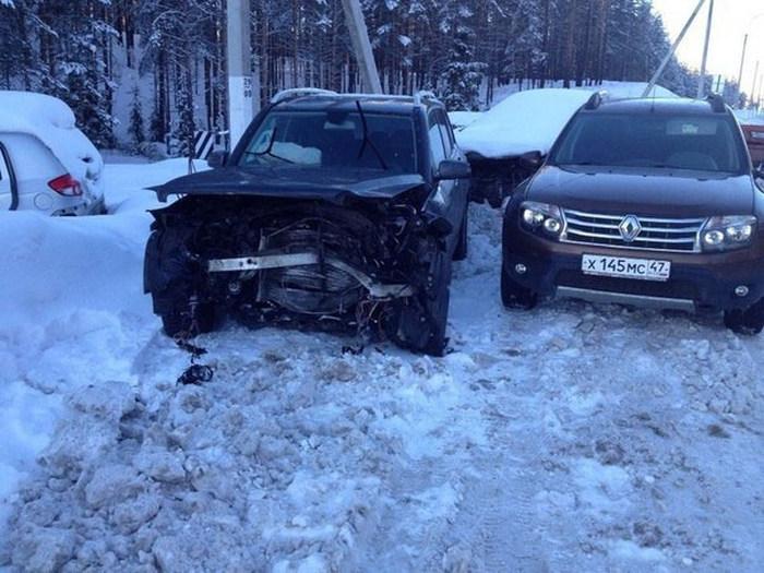 В Ленобласти чиновник на встречной полосе врезался в автомобиль, в котором ехала семья (5 фото)