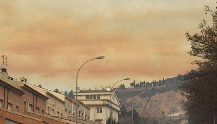 Пять городов Каталонии окутало токсичное оранжевое облако (22 фото)