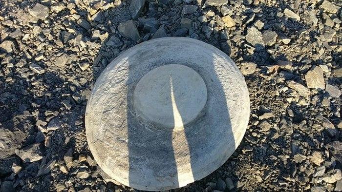 В Кемеровской области обнаружили древний каменный диск в форме летающей тарелки (7 фото)