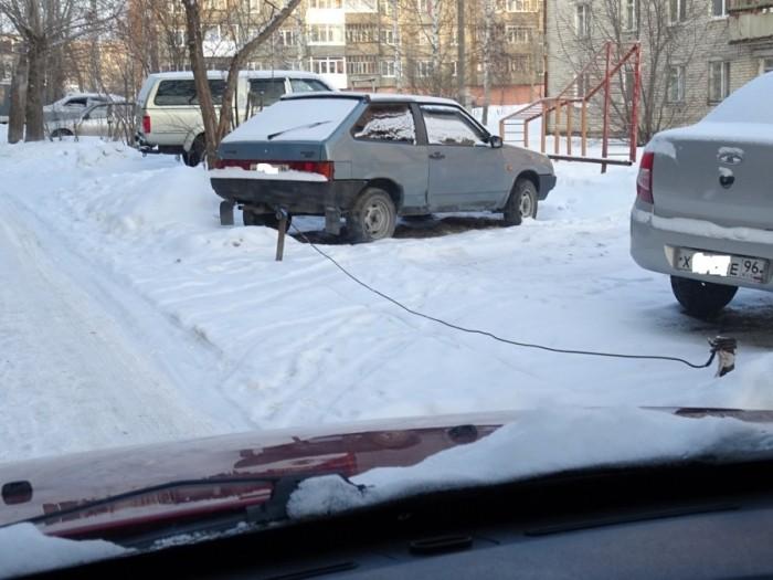 В Свердловской области происходит захват мест на дворовых парковках (12 фото)