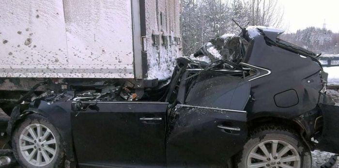 Нереальное везение водителя, не пострадавшего в ДТП (4 фото)