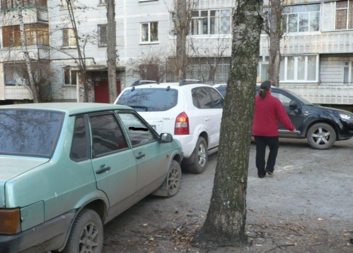 Инцидент на дворовой парковке (5 фото)