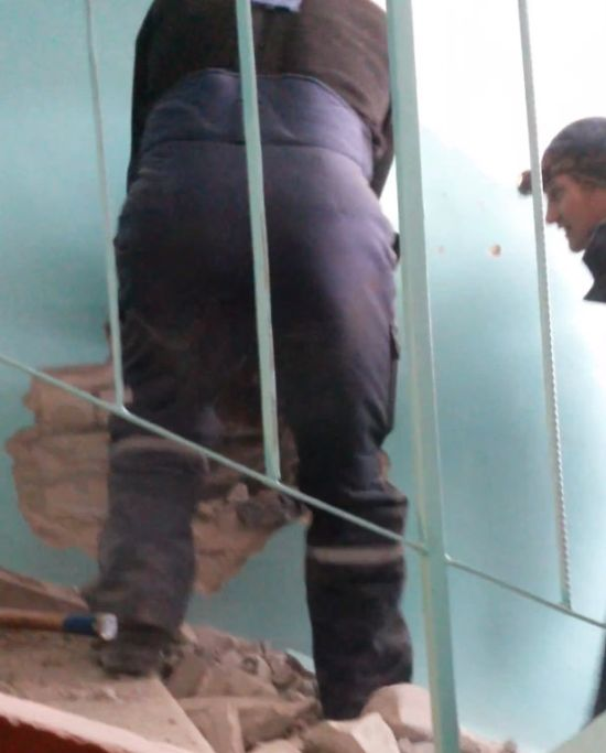 В Барнауле бездомный, учуял запах борща и залез в вентиляционную шахту дома (16 фото)